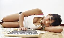 Seksowny kobiety lying on the beach na podłogowych planach jej podróż Zdjęcia Stock