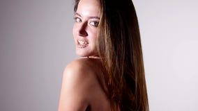 Seksowny kobiety mody model z nagimi ramionami pozuje dla piękno portreta w zwolnionym tempie jest duszny i uwodzicielski na popi zbiory wideo