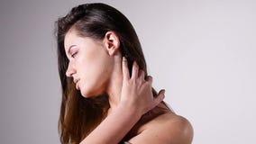 Seksowny kobiety mody model z nagimi ramionami pozuje dla piękno portreta w zwolnionym tempie jest duszny i uwodzicielski na popi zbiory
