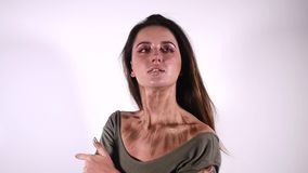 Seksowny kobiety mody model z nagimi ramionami pozuje dla piękno portreta w zwolnionym tempie jest duszny i uwodzicielski na popi zdjęcie wideo