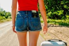 Seksowny kobiety ` s plecy w cajgach zwiera z pieniądze w kieszeni na plecy i paszportem Obrazy Royalty Free