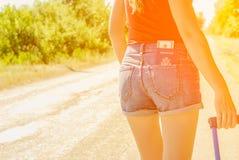 Seksowny kobiety ` s plecy w cajgach zwiera z pieniądze w kieszeni na plecy i paszportem Zdjęcie Royalty Free