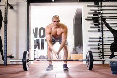 Seksowny mężczyzna ćwiczy z ciężarami Zdjęcia Stock