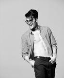 Seksowny mężczyzna model robi moda krótkopędu w studiu Fotografia Royalty Free