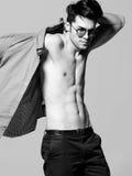 Seksowny mężczyzna model robi moda krótkopędu w studiu Zdjęcia Stock