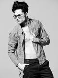 Seksowny mężczyzna model robi moda krótkopędu w studiu Zdjęcie Royalty Free