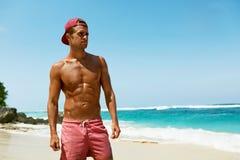 Seksowny mężczyzna Na plaży W lecie Męski Relaksujący Pobliski morze Zdjęcia Stock