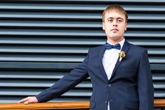 Seksowny mężczyzna w smokingu i łęku krawata pozować Fotografia Stock