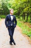 Seksowny mężczyzna w smokingu i łęku krawata pozować Obraz Stock