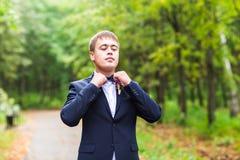 Seksowny mężczyzna w smokingu i łęku krawata pozować Zdjęcia Royalty Free