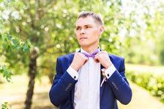 Seksowny mężczyzna w smokingu i łęku krawata pozować Obrazy Stock