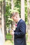 Seksowny mężczyzna w smokingu i krawata pozować Obraz Royalty Free