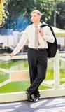 Seksowny mężczyzna w smokingu i krawata pozować Zdjęcia Stock