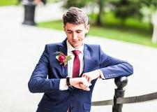 Seksowny mężczyzna w smokingu i krawata pozować Obrazy Stock
