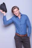 Seksowny mężczyzna wita ciebie z kapeluszem w ręce Fotografia Royalty Free