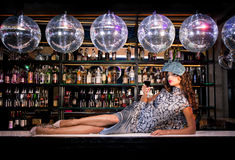 Seksowny młodej kobiety lying on the beach na barze przy nocy dyskoteki klubem Zdjęcia Royalty Free