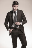 Seksowny młody biznesowy mężczyzna trzyma jego krawat zdjęcia royalty free