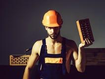 Seksowny mięśniowy mężczyzna budowniczy fotografia royalty free