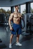 Seksowny mięśniowy mężczyzna pozuje w gym, kształtny brzuszny Silny męski nagi półpostaci abs, pracujący out Zdjęcie Royalty Free