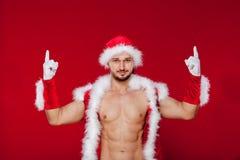 Seksowny mięśniowy mężczyzna w Santa mundurze Boże Narodzenia Nowi Obraz Royalty Free