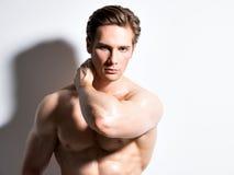Seksowny mięśniowy młody człowiek patrzeje kamerę Obraz Royalty Free