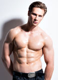 Seksowny mięśniowy młody człowiek patrzeje kamerę Zdjęcie Stock
