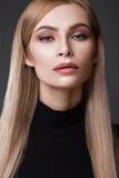 Seksowny moda model z długie włosy, młodymi oczami, Europejskimi atrakcyjnymi, pięknymi, pełne wargi, perfect skóra pozuje wewnąt fotografia stock