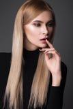 Seksowny moda model z długie włosy, młodymi oczami, Europejskimi atrakcyjnymi, pięknymi, pełne wargi, perfect skóra pozuje wewnąt obraz stock