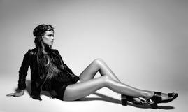 Seksowny model ubierający kobieta ruch punków, moczy spojrzenie, pozuje w studiu Zdjęcia Stock