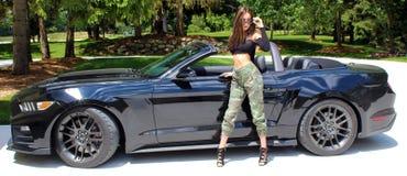 Seksowny model w sportowy samochód pięknej dziewczynie zdjęcia stock