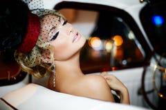 Seksowny mody dziewczyny obsiadanie w starym samochodzie obraz stock