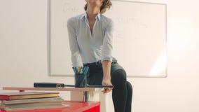 Seksowny nauczyciel w sala lekcyjnej lub korporacyjnym biurze zbiory wideo