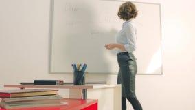 Seksowny nauczyciel w sala lekcyjnej lub korporacyjnym biurze zdjęcie wideo