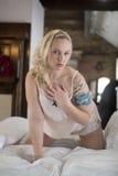 Seksowny plus wielkościowa kobieta na łóżku Fotografia Royalty Free
