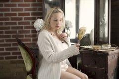 Seksowny plus wielkościowa kobieta patrzeje w handheld lustrze Fotografia Stock