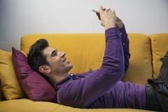 Seksowny przystojny młody człowiek pozuje dla selfie Obrazy Royalty Free