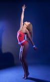 Seksowny tancerz rusza się z wdziękiem w neonowym świetle Obrazy Royalty Free