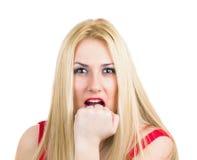 Seksowny wściekły blondynki pięści gryzienie Obraz Royalty Free