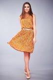 Seksownych brunetki kobiety odzieży mody ubrań przypadkowa suknia Fotografia Stock