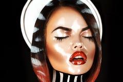 Seksueel brunette met gesloten ogen en nat gezicht in studio Stock Foto