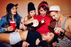 Seksuele het Drinken Spelen bij Student Party stock foto