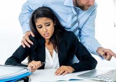 Seksuele kwelling op het werk Weerzinwekkende werknemer die door haar werkgever lastig worden gevallen royalty-vrije stock afbeelding
