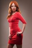 Seksuele vrouw die rode kleding dragen stock foto's