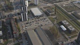 Sektor mieszkaniowy w mieÅ›cie. Nowe wielopiÄ™trowe budynki mieszkalne z parkingiem zdjęcie wideo