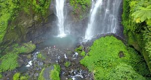 Sekumpul瀑布在有的巴厘岛人,印度尼西亚 寄生虫天线射击 影视素材