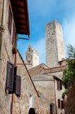 Sekundär gatasikt och torn på San Gimignano Arkivbilder