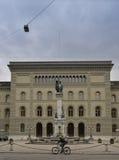 Sekundär vinge av Bundeshousen (den Schweiz parlamentet) från den Bundesplatz Bern switzerland royaltyfri bild