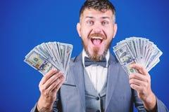 By? sekwensem pieni?dze Bogaty biznesmen z my dolar?w banknoty Waluta makler z plikiem pieni?dze brodaty m??czyzna zdjęcie royalty free