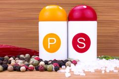 Sel brut de Shaker With Colorful Peppercorns And de poivre et de sel de plat en bois photo libre de droits
