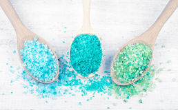 Sel coloré de mer dans des cuillères Images libres de droits